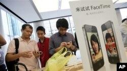 중국의 애플 매장에서 아이폰4를 보고 있는 손님들