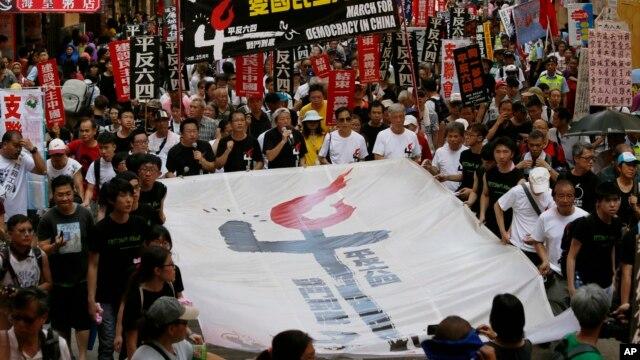 Dân Hong Kong tuần hành để tưởng niệm 25 năm vụ đàn áp đẫm máu của Trung Quốc tại quảng trường Thiên An Môn ngày 4 tháng 6 năm 1989, 1/6/14