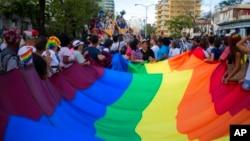 Kelompok LGBT melakukan parade di Havana, Kuba tahun lalu (foto: dok).