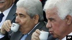 ເວລາເຮົາດື່ມນ້ຳຊາ ເຮົາກໍໃຊ້ cup ຄືກັນກັບດື່ມກາເຟ.