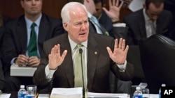 """El senador John Cornyn defiende su propuesta de asegurar aún más la frontera. Las encuestas muestran apoyo a la reforma migratoria """"tal como está""""."""