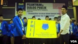 Faizi Zain (kiri) dalam salah satu kegiatan Pergerakan Mahasiswa Islam Indonesia (PMII) DIY (foto: VOA/Nurhadi).