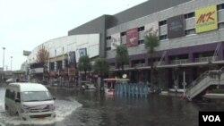 Kawasan perbelanjaan di Bangkok terendam akibat banjir. Bangkok harus menghadapi banjir terburuk di Thailand dalam lebih dari 50 tahun terakhir.