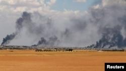 Дым над городом Манбидж. Провинция Алеппо, Сирия, 8 июня 2016.