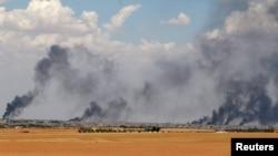 عکس آرشیوی دود ناشی از حملات هوایی در شهر منبج در استان حلب