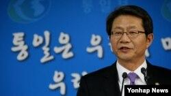 류길재 한국 통일부 장관이 6일 정부서울청사에서 한국 정부의 통일정책에 대해 브리핑하고 있다.