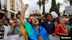 """Protestation populaire contre la condamnation par un tribunal marocain du leader du mouvement """"Hirak"""" Nasser Zefzafi et d'autres activistes, à Rabat, au Maroc, le 27 juin 2018."""