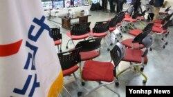 13일 밤 서울 여의도 새누리 당사에 설치된 20대 국회의원선거 종합상황실이 모든 당직자가 빠져 나가 썰렁한 모습이다.