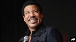 ສິນລະປິນ ນັກຮ້ອງ ນັກດົນຕີແລະນັກແຕ່ງເພງ Lionel Richie ສະແດງ ໃນງານມະຫາກຳດົນຕີ ທີ່ເວທີປີຣາມິຕ ທີ່ເມືອງກລາສໂຕນແບຣີ ທີ່ໂວຣ໌ທີຟາຣມ, ກລາສໂຕນແບຣີ, ອັງກິດ.