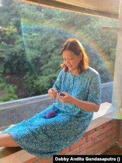 Isnayanti mengajarkan Delsy cara crochet waktu ia berusia 9 tahun.
