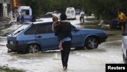 俄罗斯南部城镇克雷姆斯克7月7日的街道上积满了水