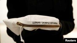 Tas yang digunakan dalam misi Apollo 11 ke bulan untuk mengumpulkan sampel yang digunakan oleh astronot Neil Armstrong diperagakan pada lelang Penjelajahan Luar Angkasa di Balai Lelang Sotheby di New York City, AS, 13 Juli 2017 (foto: REUTERS/Brendan McDermid)