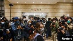 獲得保釋的其中一名被告,香港灣仔區區議會主席楊雪盈 (路透社照片)