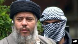 Ulama radikal Abu Hamza al Masri (depan) bersama 4 orang tersangka pelaku teror akan diekstradisi oleh Inggris untuk diadili di Amerika (foto: dok).