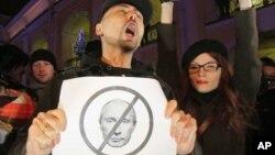 Các nhà hoạt động biểu tình chống lại việc ông Putin có thể cầm quyền 12 năm nữa