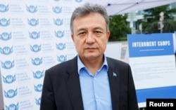 在联合国日内瓦总部外,世界维吾尔代表大会主席多里昆·艾沙站在得到美国政府支持的图片展前。(2021年9月16日)