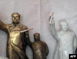 游客把香烟插在毛雕像的手中,还有人把点燃的香烟插在毛雕像前的香炉里