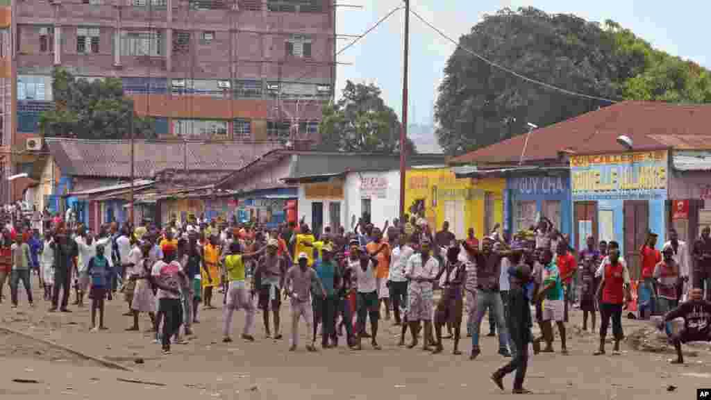 Des manifestants, brûlent des pneus, contre une nouvelle loi qui pourrait retarder les élections prévues pour 2016, à Kinshasa, République démocratique du Congo, le 19 janvier 2015.