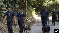 Tim unit Polisi K9 melakukan operasi pencarian remaja putri Inggris yang dilaporkan hilang di hutan kawasan Seremban, Negeri Sembilan, Malaysia, 8 Agustus 2019.