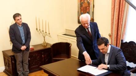 2015年7月6日雅典总统府: 希腊总理齐普拉斯(右)签署协议。左边为希腊新任财长查卡洛托斯