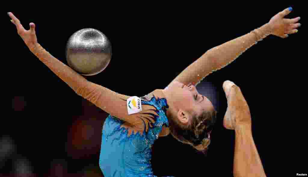 Vận động viên Chrystalleni Trikomiti của Chypre biểu diễn ở vòng loại môn thể dục nhịp điệu toàn năng cá nhân. 9/8/2012. (AP Photo/Gregory Bull)