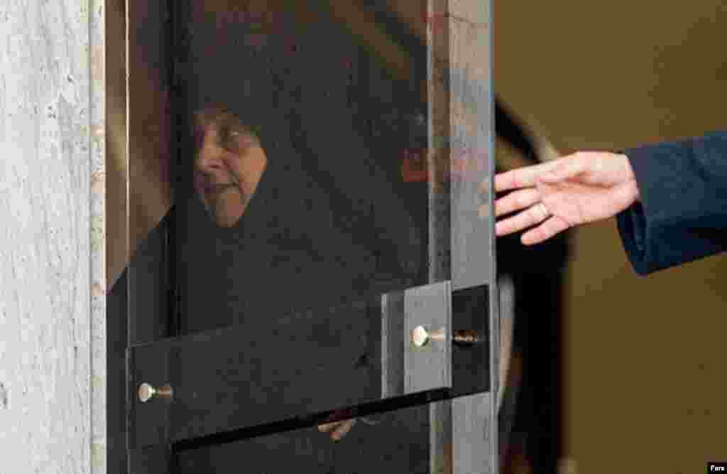 این روزها برخی چهره های نزدیک به دولت مورد انتقاد محافظه کاران هستند. بعد از برادر حسن روحانی، حال خبرگزاری فارس از فساد مالی فرزند معصومه ابتکار رئیس سازمان محیط زیست می گوید عکس: مهدی بلوریان