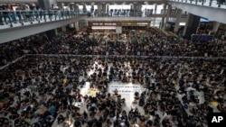 Акція протесту в міжнародному аеропорту Гонконгу, 12 серпня 2019 року