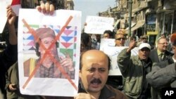 利比亚人举行示威,反对卡扎菲