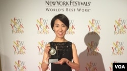 VOA Mandarin's Daphne Dung-Ning Fan accepts the award at the ceremony on April 19.
