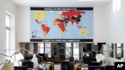 """Karta slobode medija RSF-a (Reporteri bez granica) 2021. u Parizu, Francuska, u utorak, 20. aprila 2021. Reporteri bez granica kažu da je došlo do """"dramatičnog pogoršanja"""" slobode medija otkako je pandemija napala cijeli svijet."""