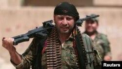 지난해 8월 시리아 하사카 시 북동부에서 쿠르드 민병대 무장대원이 마을을 돌아보고 있다.