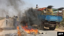 자넌 6일 소말리아 수도 모가디슈 인근에서 주민들이 도로를 막고 무장단체 알샤바브에 항의하는 시위를 벌였다.