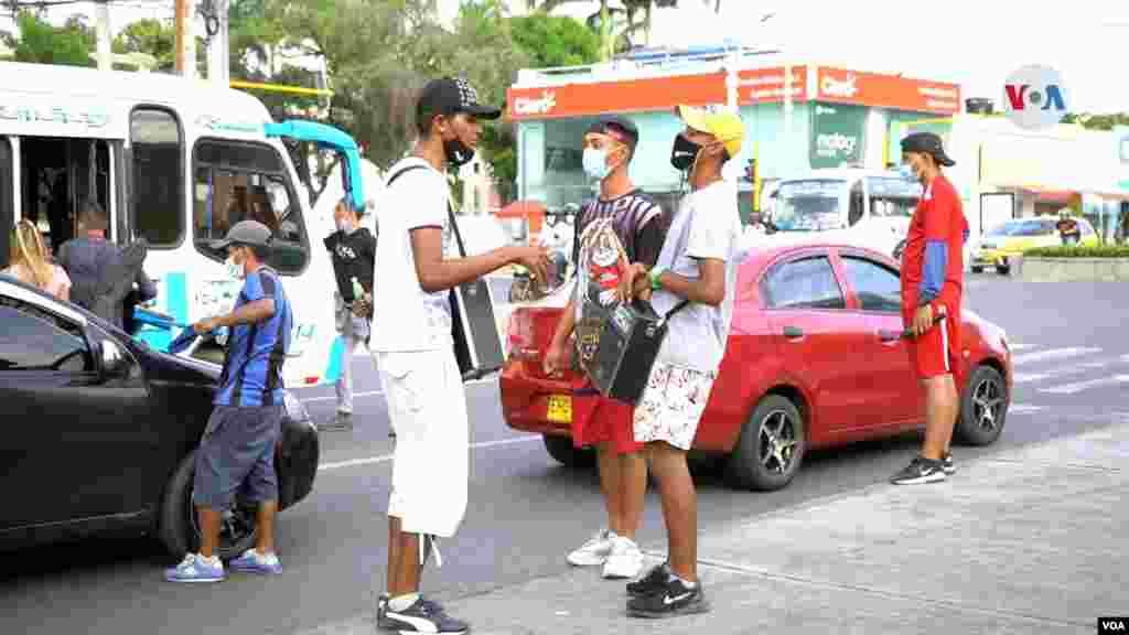 Jóvenes provenientes de Venezuela han salido de su país y optaron por interpretar música urbana en las calles de Cúcuta para sobrevivir y llevar un sustento a sus familias.