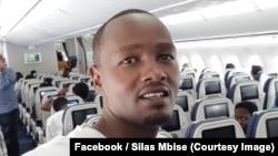 Silas Mbise, reporter sportif pour la station privée Wapo Radio, à bord d'un avion, à Dar es Salaam, Tanzanie, 31 juillet 2018. (Facebook/ Silas Mbise)