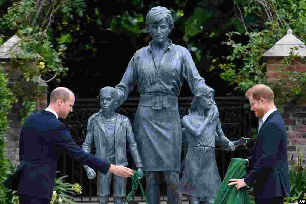 لیڈی ڈیانا کے کانسی سے بنے مجسمے کے ساتھ ان کی دو بہنوں اور ایک بھائی کو بھی دیکھا جا سکتا ہے۔
