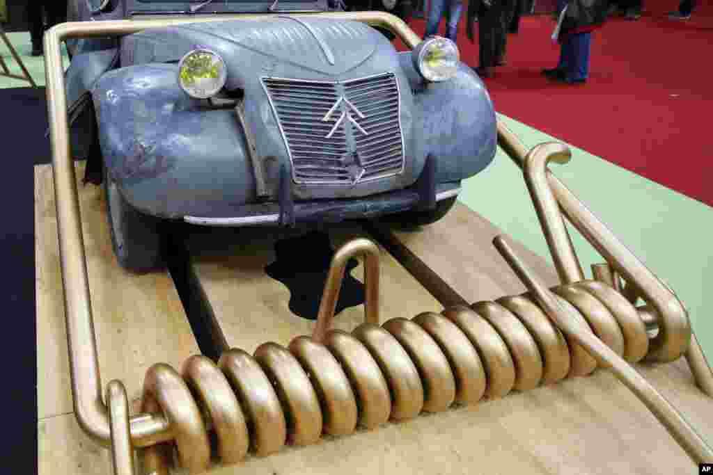 یک نمونه از خودروی سیتروئن ۲سی وی، در نمایشگاه ماشین های کلاسیک در پاریس.