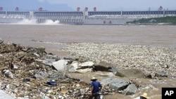 ទំនប់នៅតាមដងទន្លេ យ៉ង់ស្សេ នៅខ្សែខាងលើនៃទំនប់ Three Gorge Dam នៅក្នុងខេត្តហ៊ូបី (Hubei) ប្រទេសចិន។