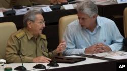 El presidente cubano Raul Castro, izquierda, conversa con el vicepresidente Miguel Díaz-Canel durante la apertura de la Asamblea Nacional en julio de 2016.