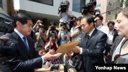 한국 북한인권시민연합 회원들이 31일 주한 라오스 대사관 앞에서 탈북 난민의 북한 송환에 반대하는 기자회견을 마친 뒤, 항의 서한을 주한 라오스 대사관 관계자에게 전달하고 있다.
