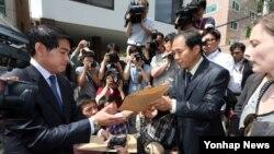 한국 북한인권시민연합 회원들이 지난해 5월 주한 라오스 대사관 앞에서 탈북 난민의 북한 송환에 반대하는 기자회견을 마친 뒤, 항의 서한을 주한 라오스 대사관 관계자에게 전달하고 있다. (자료사진)