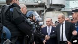 Mendagri Perancis Bernard Cazeneuve memeriksa keamanan di Bandara Charles de Gaulle, in Roissy, Paris
