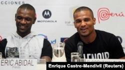Le footballeur français Florent Malouda (à droite) aux côtés de son compatriote Eric Abidal lors d'une conférence de presse à Lima, le 1er juillet 2013.