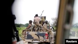 Un convoi de l'armée nigériane avec un canon antiaérien se dirige vers Bama, dans l'État de Borno, au Nigéria, le 31 août 2016.
