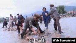북한 조선중앙TV는 13일 최근 홍수 피해 지역인 함경북도 연사군에서 근로자들이 복구 작업을 벌이는 장면을 보도했다.