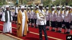 1일 하루툼에서 열린 의회 개회식에 참석한 오마 알 바시르 수단 대통령(가운데).