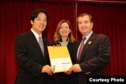 台南市长赖清德 (左)与众议院外交事务委员会主席罗伊斯(右)。(台湾市政府提供)