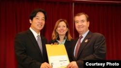台南市長賴清德 (左)與美國眾議院外交事務委員會主席羅伊斯(右)(台灣市政府提供)