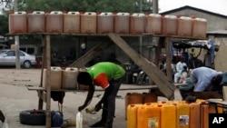 一名男子在尼日利亚城市卡诺一处路边卖燃油