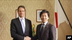 美國財政部長蓋特納(左)與日本財務大臣安住淳(右)握手