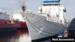 Tàu USCGC John Midgett (WHEC-726) đang được sơn trắng, chuẩn bị bàn giao cho Cảnh sát Biển Việt Nam. Photo defense-studies.blogspot